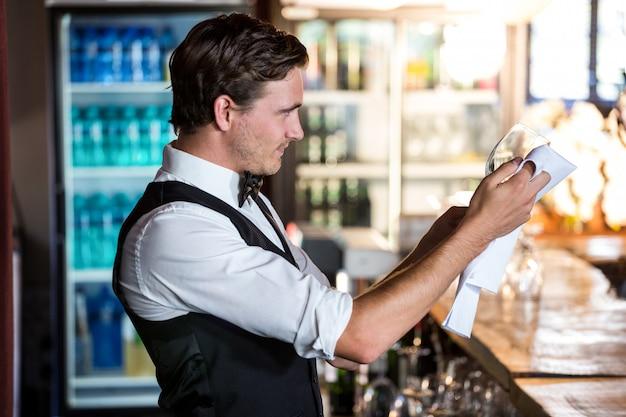 Barman, limpieza, copa de vino