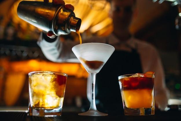 El barman prepara cócteles en el bar.