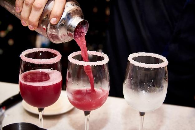 El barman prepara cócteles fríos en la discoteca.