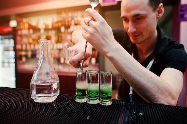 Barman preparando cóctel mexicano verde bebida en el bar
