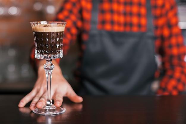 Barman preparando un coctel refrescante