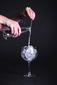 Barman sirviendo un cóctel