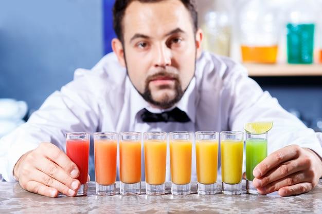 Barman en el trabajo, preparando cócteles.