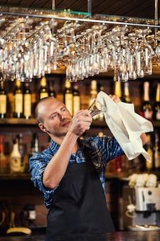 Barman en el trabajo en pub, retrato de alegre trabajador de barman de pie, camarero dando menús, un pub.bar.restaurant.classic.evening.european bar.european bar.american restaurant.american bar.
