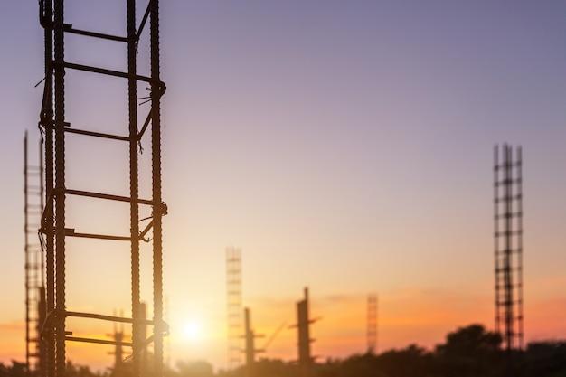 Barra de acero para pilar o poste en proceso de construcción de viviendas