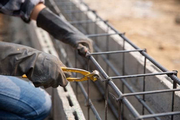 Barra de acero en el sitio de construcción