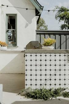 Barra de azulejos al aire libre en una casa