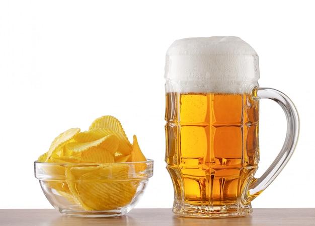 Barra de bar con cerveza y plato de papas fritas