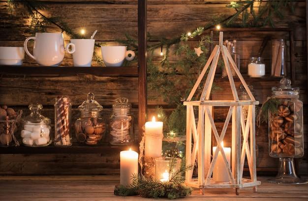 Barra de cacao de decoración navideña con galletas y dulces en estilo rústico natural. concepto acogedor de invierno