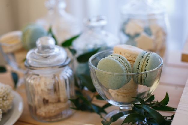 Barra de caramelo en la fiesta. mesa dulce en el banquete de cumpleaños o boda.