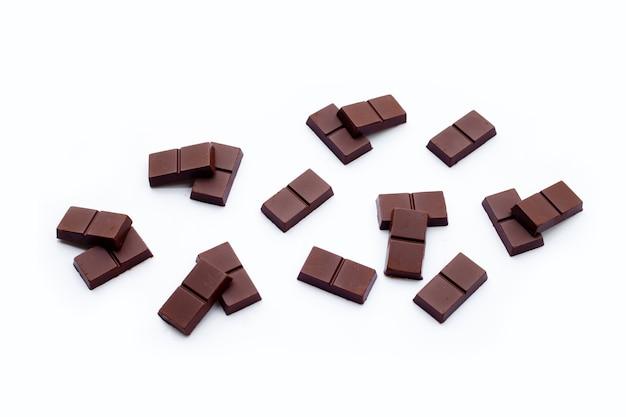 Barra de chocolate aislado en superficie blanca