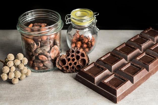 Barra de chocolate de alto ángulo y dulces