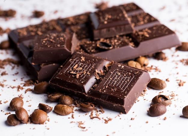 Barra de chocolate y granos de café.