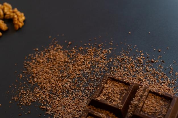 Barra de chocolate, nueces y chispas de chocolate