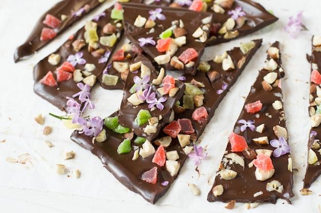Barra de chocolate con pétalos de lila, nueces, fruta