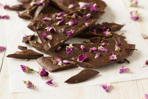 Barra de chocolate con pétalos de rosa