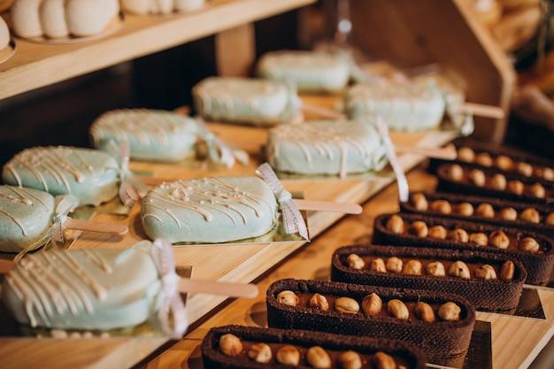 Barra de chocolate con postres en una boda
