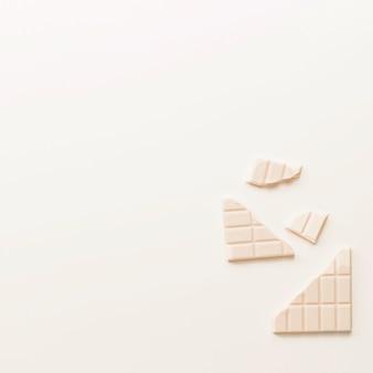 Barra de chocolate quebrada aislada en el fondo blanco