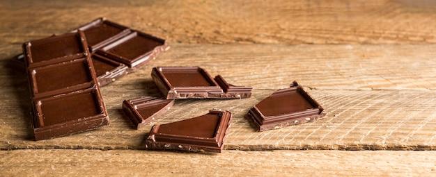 Barra de chocolate en rodajas de primer plano