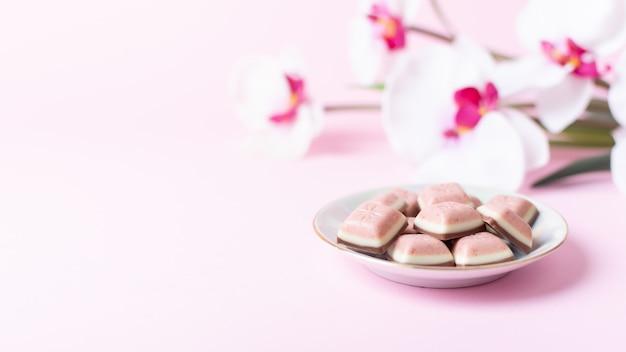 Barra de chocolate rosa y flor