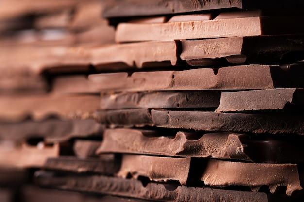 Barra de chocolate rota textura, merienda dulce para el postre