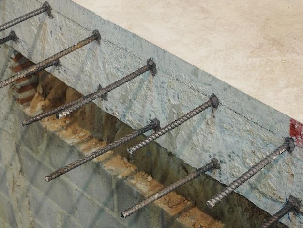 Barra de deformación en barra de hormigón.