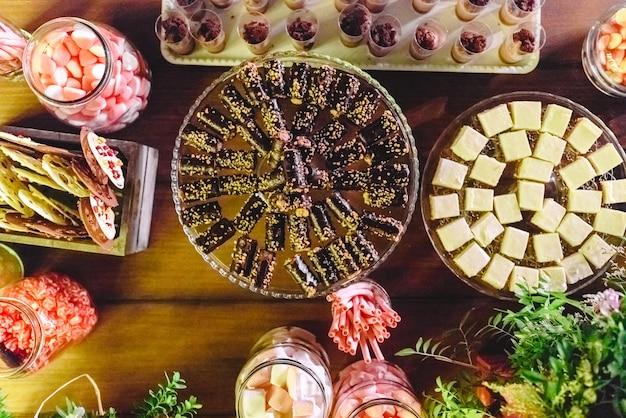 Barra de dulces en el banquete lleno de deliciosos postres poco saludables.