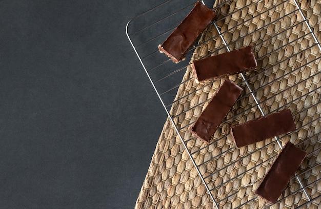 Barra de energía vegetariana de chocolate sin gluten sobre fondo oscuro