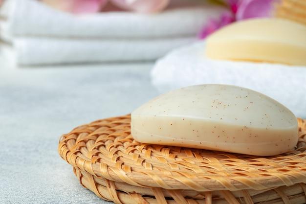 Barra de jabón natural hecho a mano, toallas y objetos de spa, cerrar