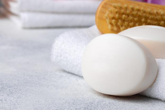 Barra de jabón natural hecho a mano, toallas y objetos de spa.