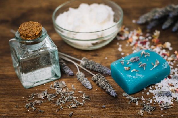 Barra de jabón con sus primeros planos de ingredientes