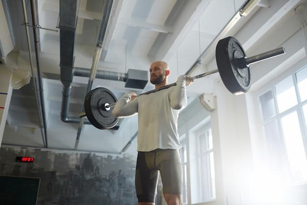 Barra de levantamiento de pesas moderna en el gimnasio