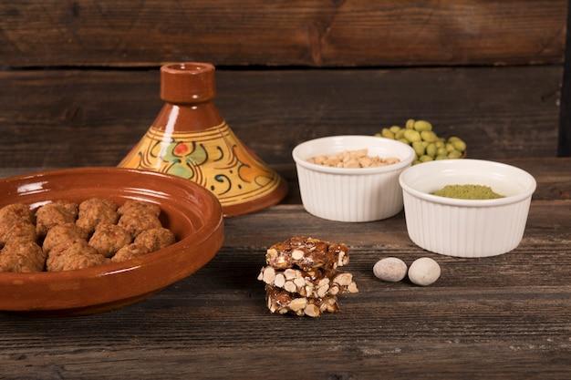 Barra de nuez de miel con carne en mesa