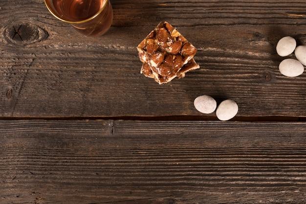 Barra de nuez de miel con vaso de té en la mesa