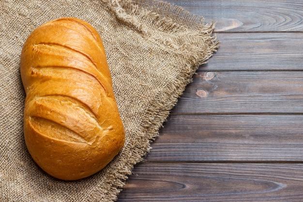 Barra de pan en madera, primer plano de la comida