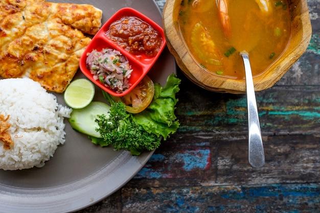 Barracuda a la parrilla con arroz y sopa