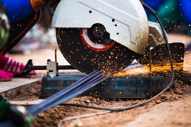 Barras de acero del corte de la fibra eléctrica de la industria, concepto de la construcción de edificios