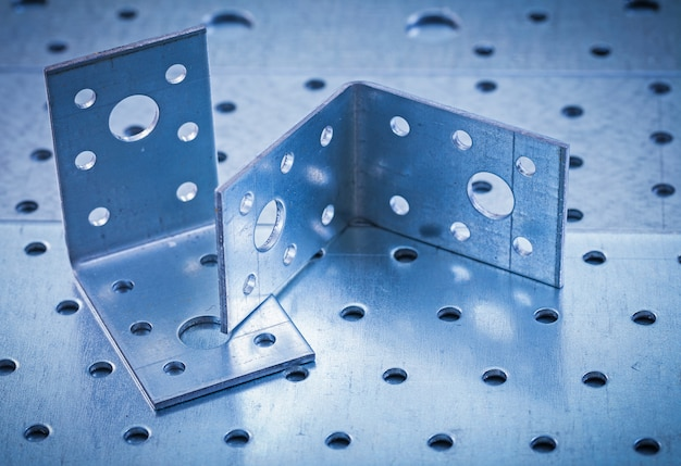 Barras angulares de metal perforado en concepto de construcción de chapa metálica perforada