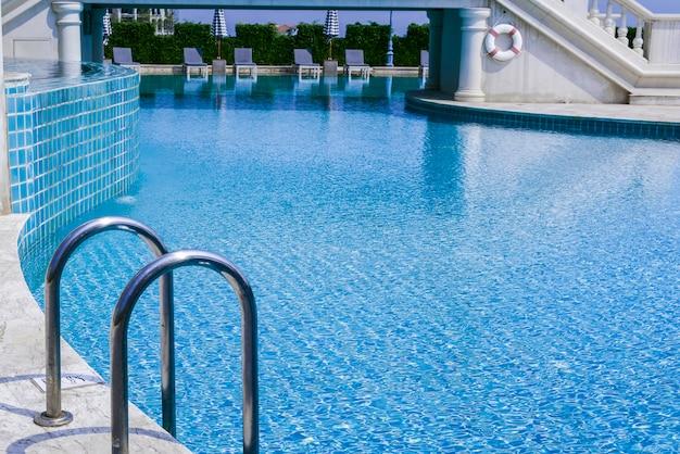Barras de apoyo escalera en piscina de lujo