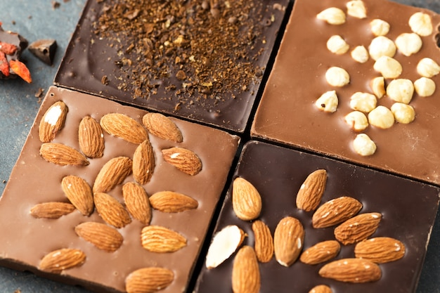 Barras de chocolate hechas a mano con nueces y granos de café, vista superior