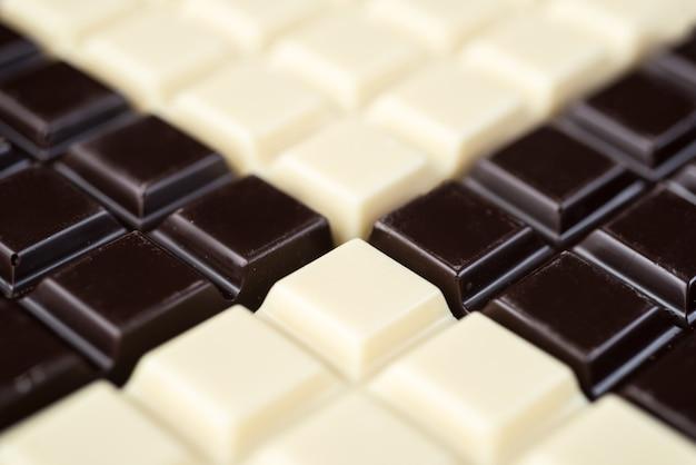 Barras de chocolate oscuro y blanco combinadas