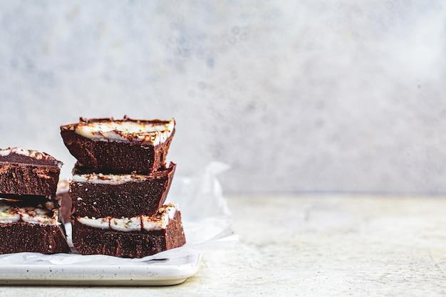 Barras de chocolate veganas crudas, espacio de copia. postre saludable sin azúcar.
