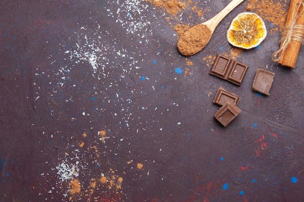 Barras de chocolate de vista superior en el espacio oscuro