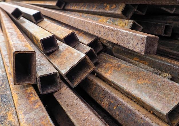 Barras de construcción oxidadas, tubería y canal.