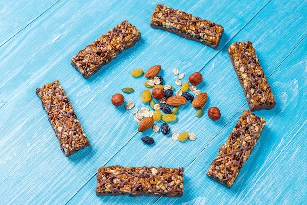 Barras de granola deliciosas y saludables con chocolate y barras de muesli con nueces y frutas secas