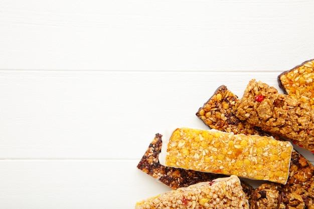 Barras de granola sobre fondo blanco con espacio de copia. dieta y desayuno