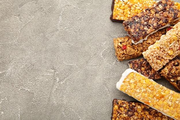 Barras de granola sobre fondo gris con espacio de copia. dieta y desayuno