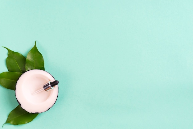 Barras de jabón hechas a mano de coco con hojas en verde. concepto casero saludable