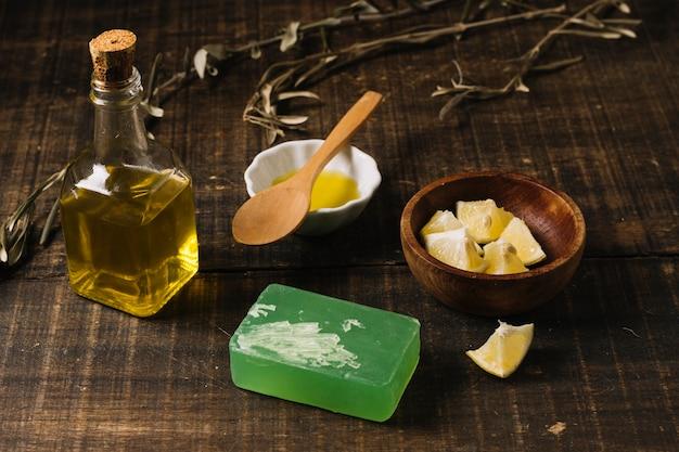 Barras de jabón con ingredientes a la altura de los ojos con ingredientes