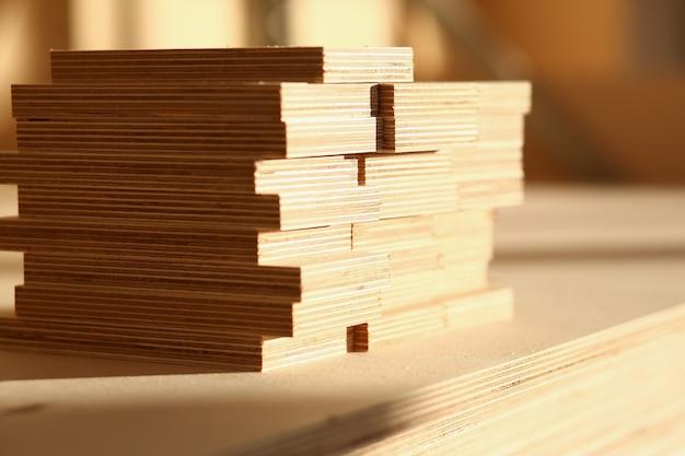 Barras de madera en una fila
